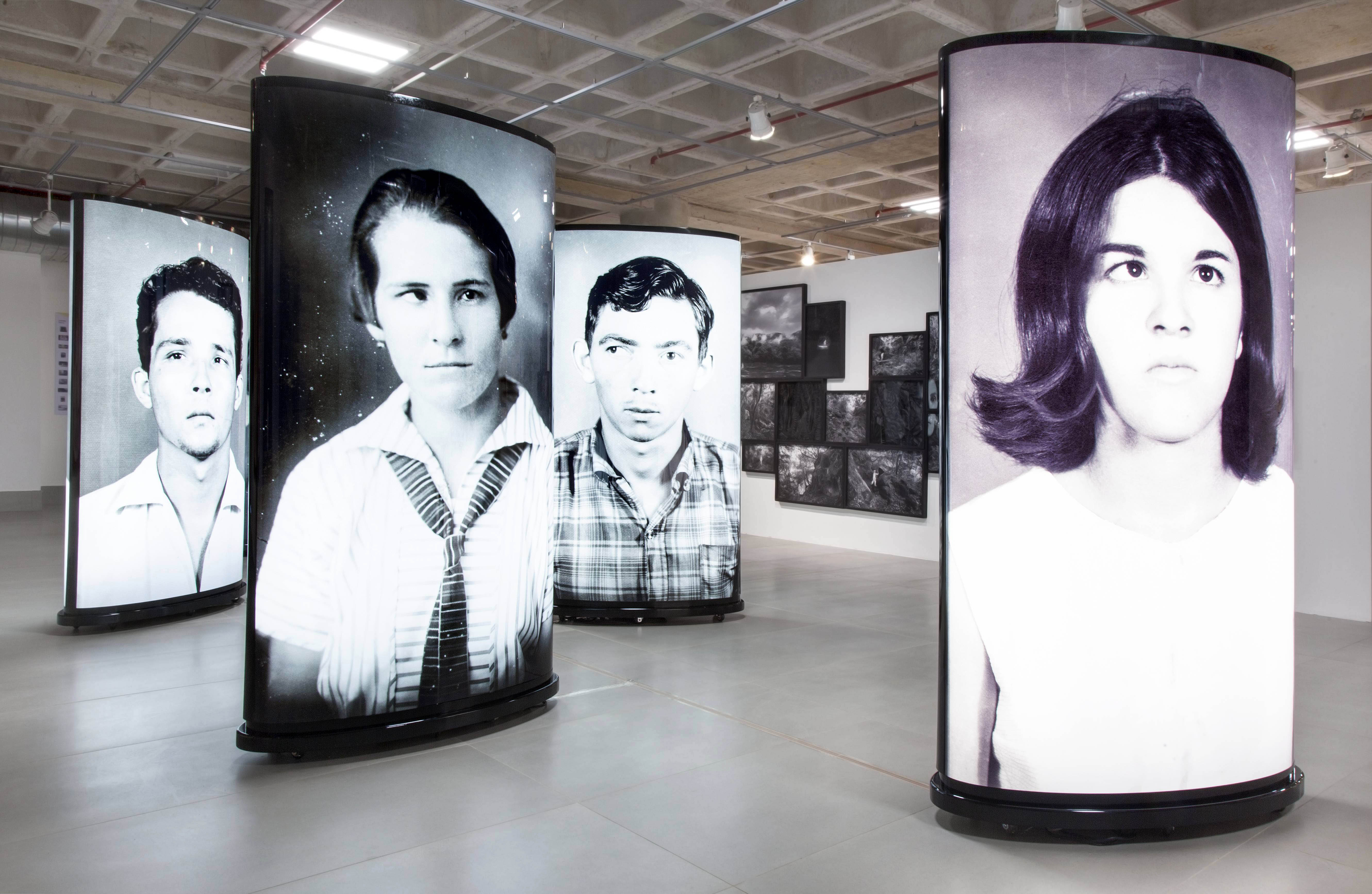 """ROCHELLE-COSTI-Desvios""""-–-2007-fotografia-em-duratrans-montadas-em-back-light-200-x-110-x-45-cm-cada-total-de-5-obras-–-Foto-Isaias-Martins.jpg"""