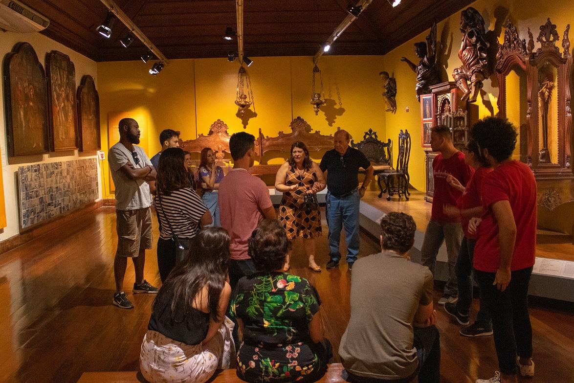 Grupo participa de visita mediada do projeto ``Bonde da história``