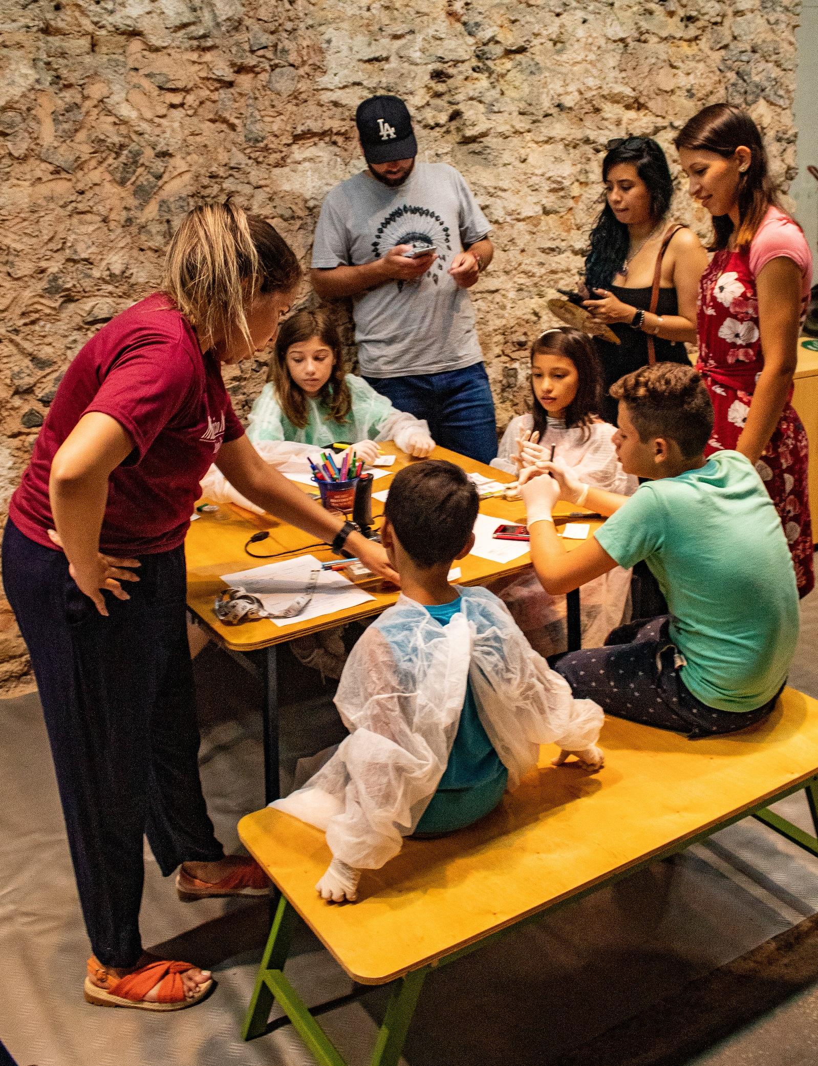 Crianças e acompanhantes durante atividade do Bondinho da História do MHN