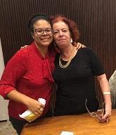 """Aline Magalhães (esq.) e Isabel Lenzi durante lançamento do livro """"Rio de Janeiro em 45 objetos"""" no MHN (2019)"""