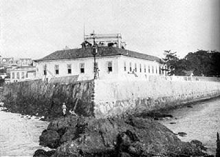 Em uma ponta que avançava sobre a baía de Guanabara, os portugueses construíram, em 1603, a fortaleza de Santiago - origem do conjunto arquitetônico que abriga o MHN desde 1922